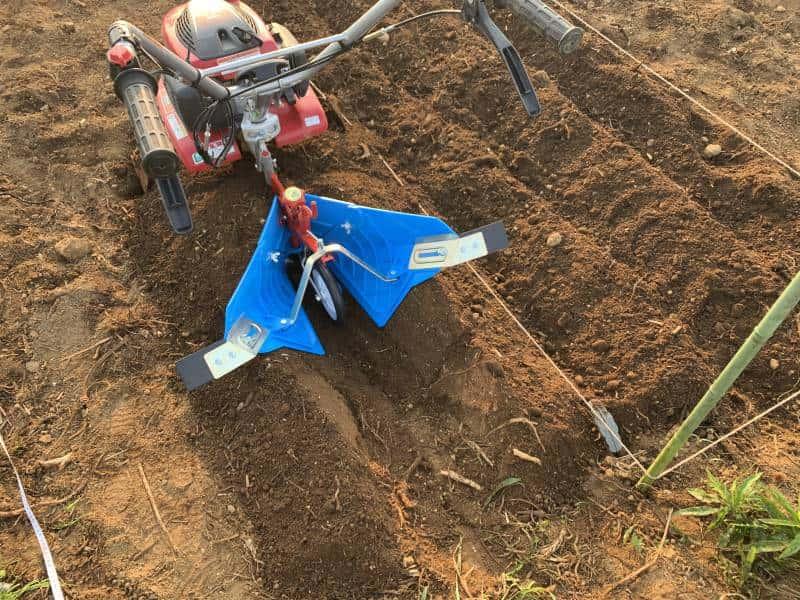 アタッチメントを装着した耕運機の写真