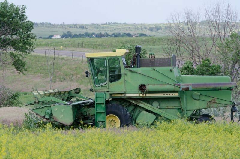 巨大なトラクターで草刈り作業をしている写真