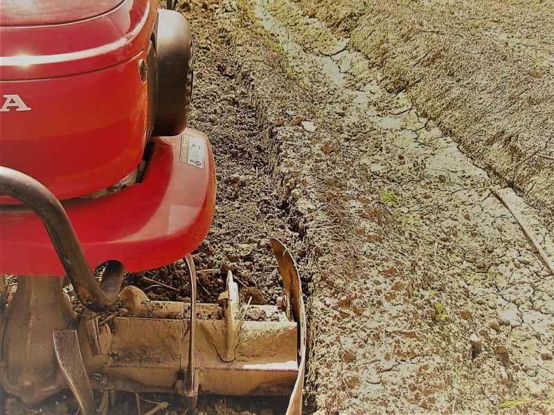 【画像】ホンダ耕運機プチな(ぷちな)の機体は、軽い質量ながら、しっかりと土壌に食い込むパワフルさと粉砕力をもつ