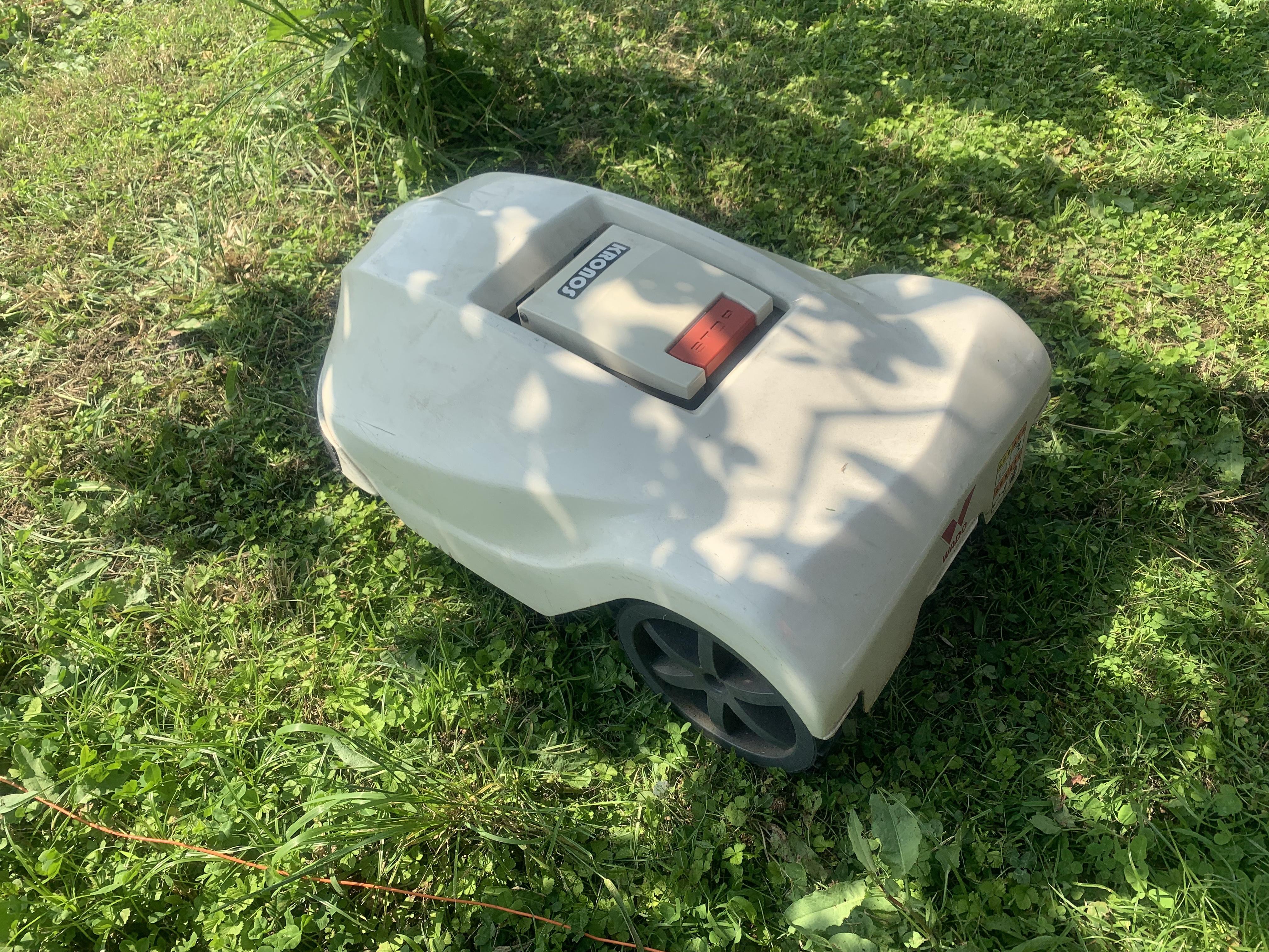 草刈を行う自動草刈機ロボモア
