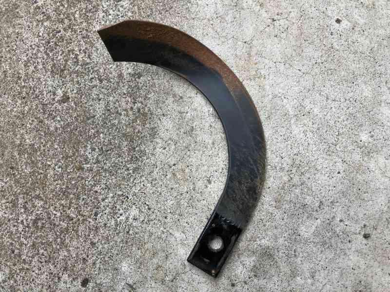 【画像】かつてはクワなどの道具で土を耕したが、現在はロータリーに装着された爪が土を細かく粉砕する