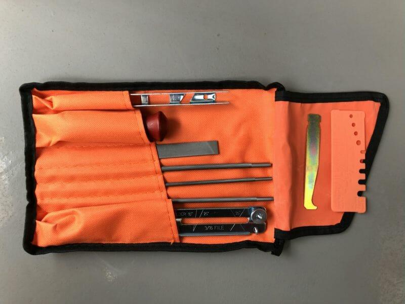 【画像】チェーンソー目立て道具としては、ソーチェンやチェンソーデプスを研磨(ケンマ)するために必要な、すなわちチェーンソー目立てに必要なヤスリ(鑢)やチェーンソーヤスリ(チェーンヤスリ)、チェーンソーシャープナー(チェーンソーシャープナ)などのツール(tool)がある