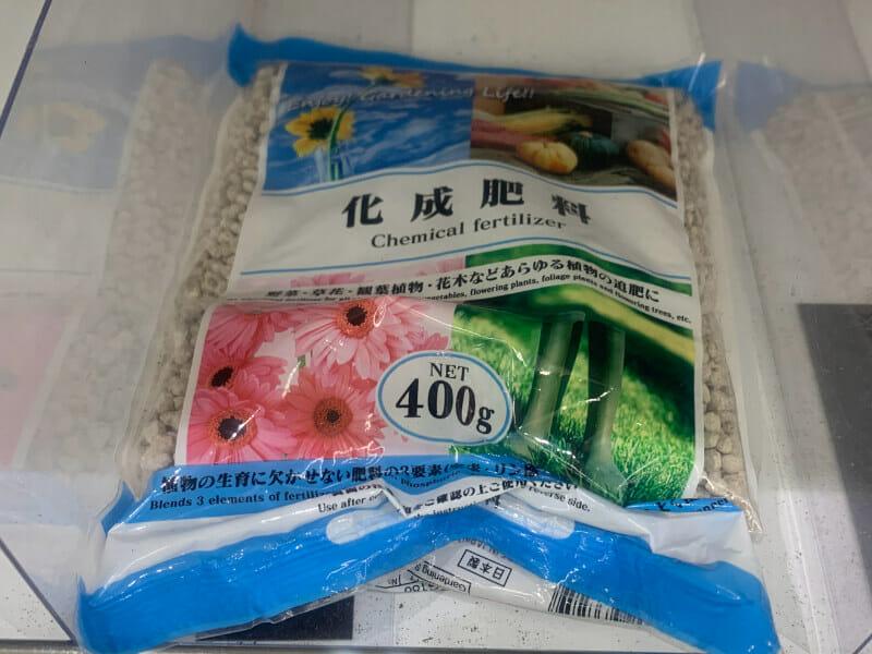 100均(100円ショップ)で販売されている化成肥料です。