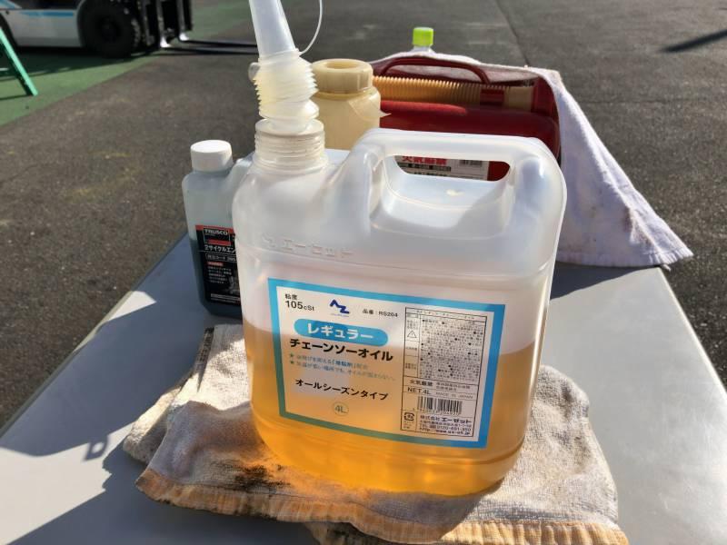 【画像】チェンソーオイル(チェーンソーオイル、チェインソーオイル、チエンソーオイル、チェンオイル)は、品名では「プレミアムチェーンソーオイル」や「レギュラーチェーンソーオイル」とも表記される液体で、褐色、茶褐色、透明など色の面でも種別が多数ある