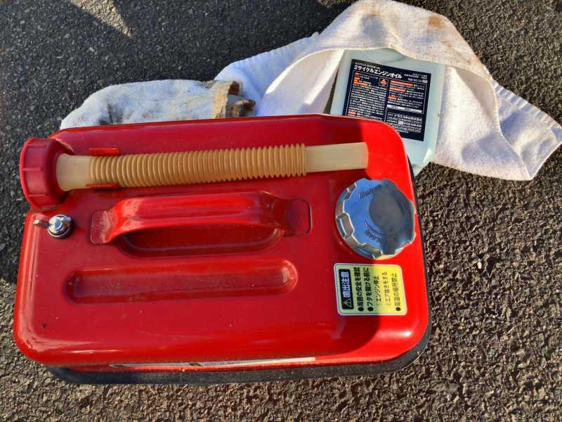【画像】チェンソー燃料に使うガソリンは揮発性が高いため、意図しない点火が起きないように金属製の携行缶に入れきちんとキャップを閉める