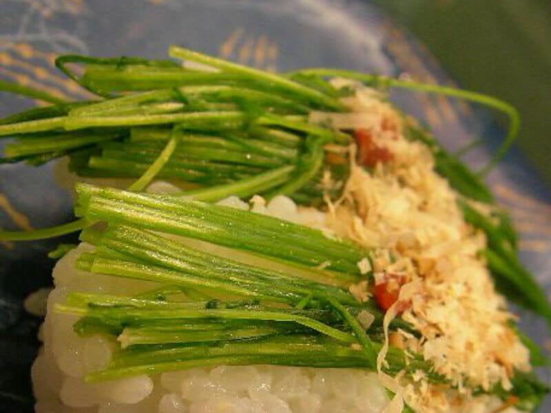 芽ネギを使った寿司の画像です。