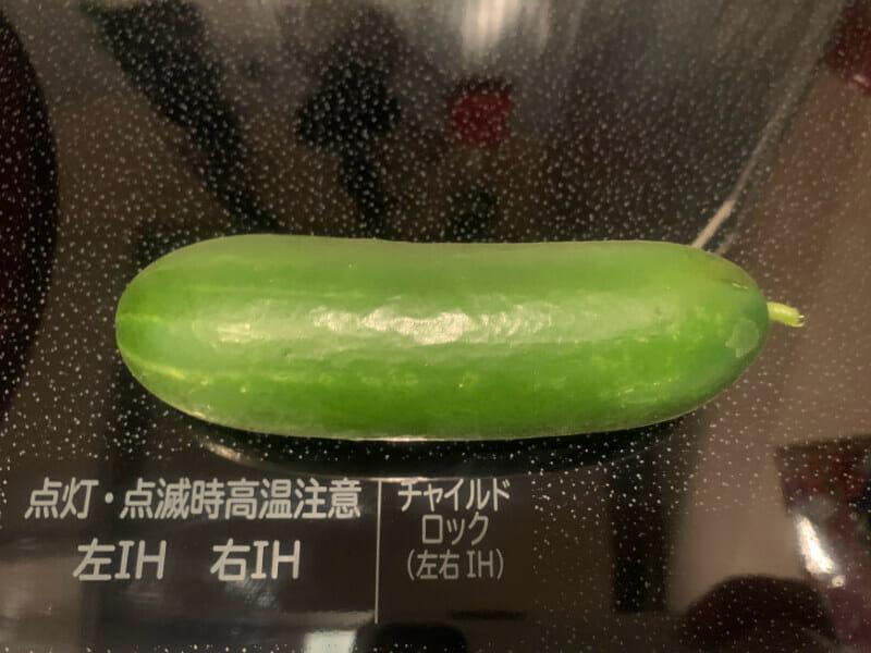 ミニキュウリのペットボトル栽培で収穫されたミニキュウリです。