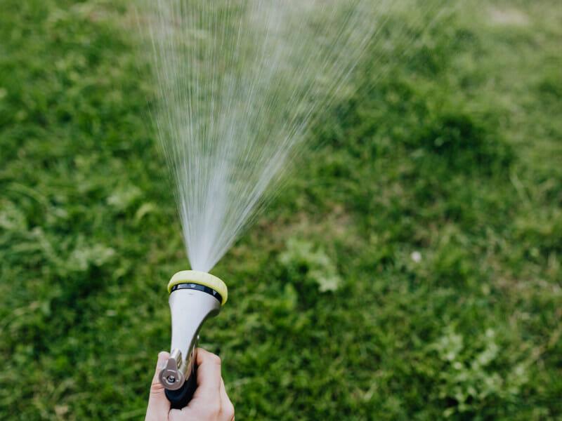 散水ノズルで芝に水やりをしている画像です。